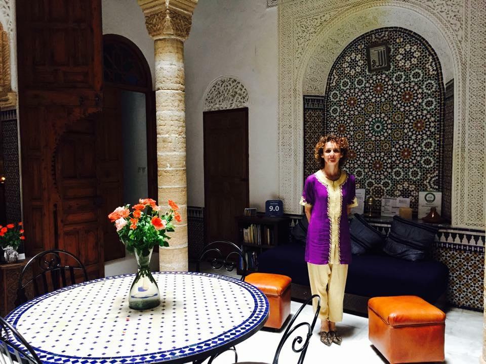 La gérante au couleur du Riad prête à vous accueillir